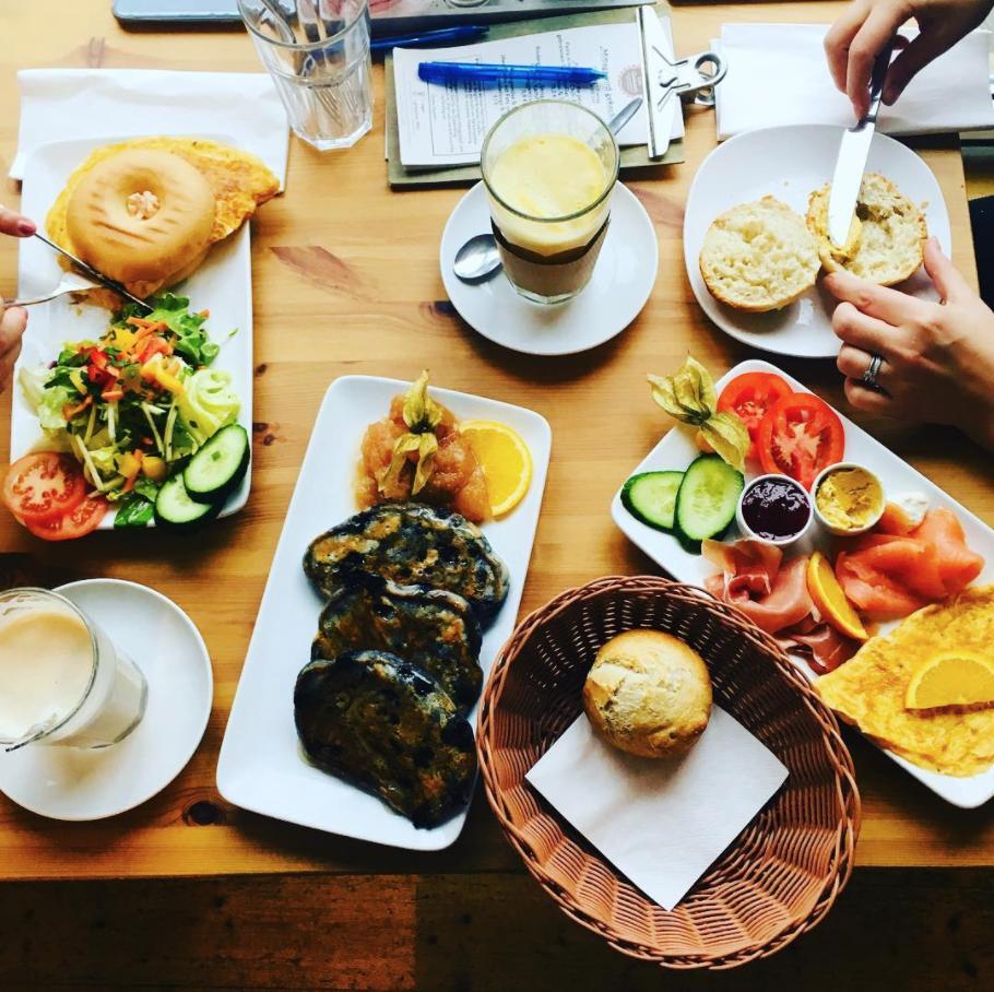 Unprofessionelles Bild von Frühstücks-Tisch-Szene aus dem Café Gemach